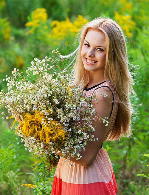 Женский шаблон - Девушка с букетом полевых цветов